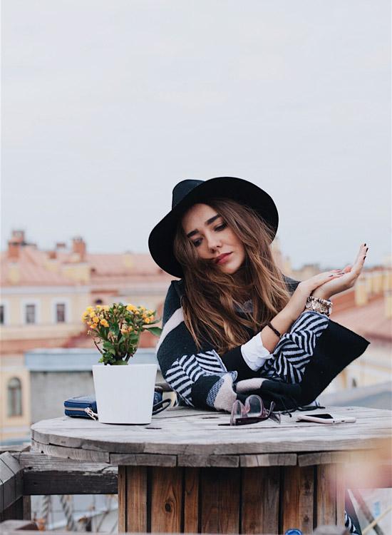 Styles de femme - Femme fashion - Elle porte un chapeau noir en feutre à grand bord puis un manteau graphique en noir et blanc