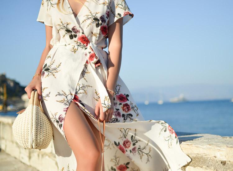 Styles de femme - Femme romantique - Elle porte une robe porte feuille beige fleurie ceinturée à la taille. A la main elle a un sac blanc en osier