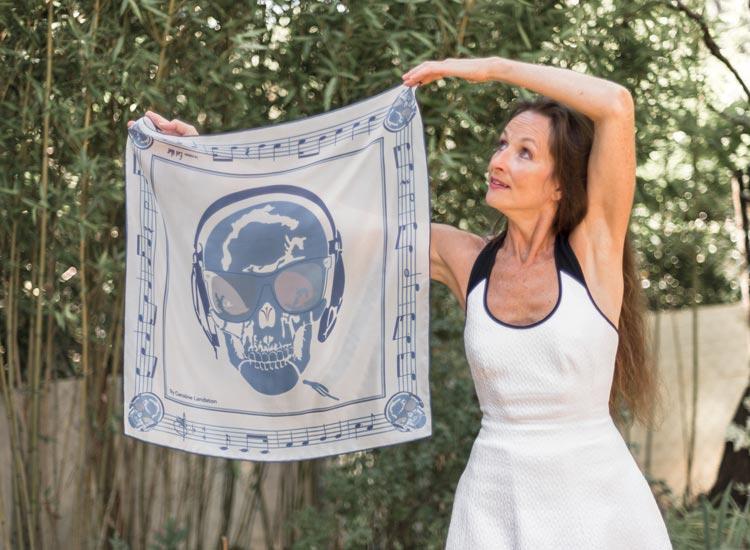 Marie France magazine, article Evil Wolf le mix art et mode Made in France. Portrait de Charles Landston avec son carré de soie Skull Music