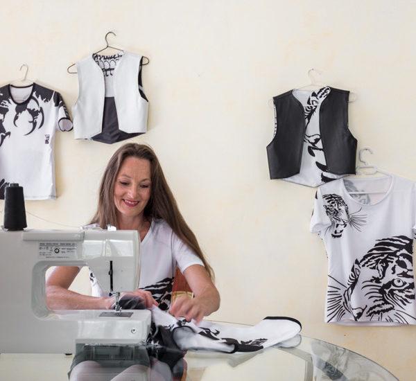 Le concept Marie France magazine, article Evil Wolf le mix art et mode Made in France. Charles Landston avec sa machine à coudre