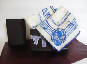 Un packaging personnalisé qui anime tous vos sens Une pochette luxe à votre nom pour le carré de soie
