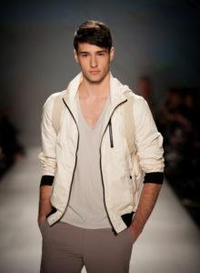 Comment associer les couleurs des vêtements homme : des conseils pour un look sans faute de goût avec les couleurs gris, taupe et blanc | 04/12