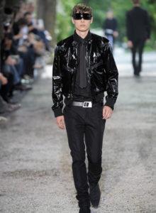 Comment associer les couleurs des vêtements homme : des conseils pour un look sans faute de goût pour un total look noir avec un rendu mat et brillant | 06/12