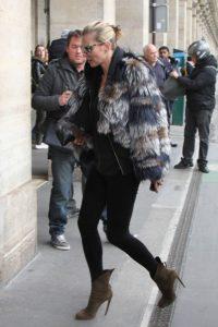 Le dressing idéal - Kate Moss porte des bottines en cuir kaki avec un legging noir et une veste en fourrure de multi couleurs