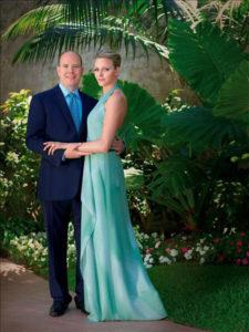 Morphologie en V - Charlotte de Monaco est vêtue d'une robe de soirée dos-nu fluide