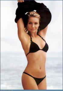 Morphologie en V - Cameron Diaz est en bikini noir de forme triangle pour le haut et taille basse pour le bas