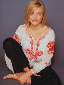 Morphologie en V - Cameron Diaz porte une blouse fantaisie blanche et dessins rouge associe à un pantalon noir droit