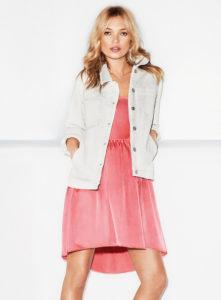 Morphologie en H et I : le dressing idéal - Kate Moss est en robe soyeuse rose avec un blouson jean blanc de forme droit
