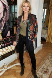 Morphologie en H et I : le dressing idéal - Kate Moss est en pantalon noir cigarette et bottines noires. Elle porte en haut un t-shirt kaki avec un collier multi rangs. Elle a une veste soyeuse légère à fleur