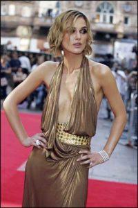 Morphologie en H et I : le dressing idéal - Keira Knightleyest porte une robe dorée avec un haut à décolleté très profond.