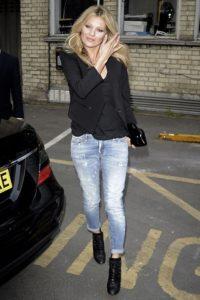 Morphologie en H et I : le dressing idéal - Kate Moss porte un jeans slim avec un top noir et une veste courte noire