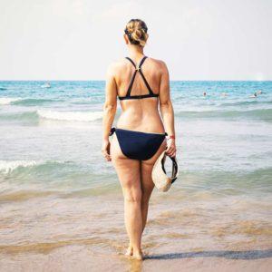 Habillez-vous l'été avec un maillot de bain 2 pièces uni bleu marine