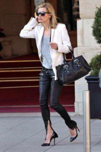 Morphologie en H et I : le dressing idéal - Kate Moss porte un pantalon cigarette noir taille basse avec un blazer blanc et un pul over fin bleu ciel et des talons aiguilles noir vernis