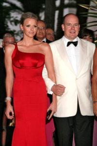 Morphologie en V - Charlotte de Monaco est vêtue d'une robe de soirée asymétrique rouge en soie manquant sa taille