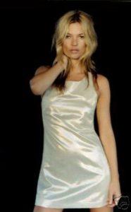 Morphologie en H et I : le dressing idéal - Kate Moss porte une robe courte satinée fluide