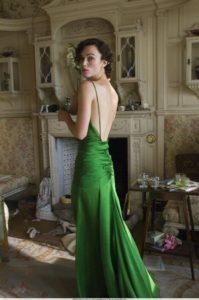 Morphologie en H et I : le dressing idéal - Keira Knightleyest porte une robe longue de soirée verte avec un grand décolleté dos-nu et fines bretelles