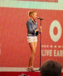 Morphologie en V - Cameron Diaz est habillée d'un blouson en jean avec un short blanc associé à des hauts talons en plateforme