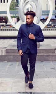 Homme de morphologie A - Un homme porte un blazer bleu ajusté épaulé et avec un pantalon cigarette