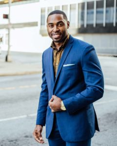 Homme de morphologie O - Un jeune homme porte un blazer bleu bien ajusté avec une chemise couleur ocre