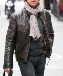 Homme de morphologie O - Un homme porte un blouson en cuir marron avec un pull fin noir et un jeans noir. Par dessus une écharpe nouée