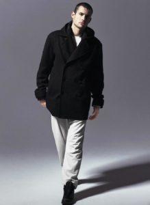 Homme de morphologie H - Un t-shirt blanc avec par-dessus un sweat noir à capuche et un caban noir, associé à un pantalon blanc et baskets noires