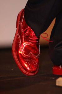 Il est important de porter des chaussures à bout rond. Ici une paire en cuir rouge vernis