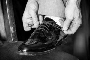 Une chaussure noire en cuir vernie