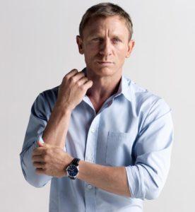 Morphologie Trapèze - Daniel Craig porte une chemise blanche cintrée