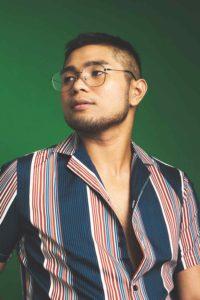 Homme de morphologie A - Un homme porte une chemise à rayures verticales