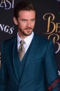 Homme de morphologie H -Superposition parfaite d'une chemise blanche avec une cravate, un gilet puis la veste de costume bleu roy