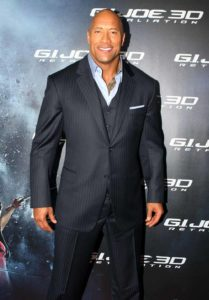 Homme de morphologie O - Dwayne Johnson, acteur américain porte un costume 3 pièces. blazer et pantalon ajustés