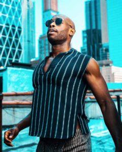 Homme de morphologie O - Un homme porte un débardeur près du corps noir avec des lignes verticales ce qui amincie