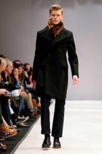 Homme de morphologie A - Un homme porte un manteau mi-long droit à grand col et avec un pantalon droit