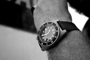 Un homme porte une montre de taille moyenne