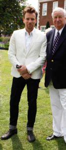Homme de morphologie H - Un jean avec le bas en revers noir associé à un blazer blanc et chemise blanche