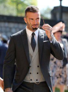 Un costume gris foncé avec un gilet gris clair une cravate grise foncée et chemise blanche