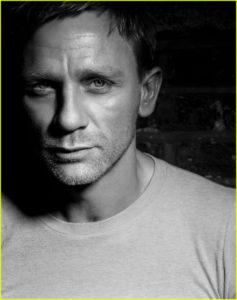 Morphologie Trapèze - Daniel Craig porte un t-shirt blanc ajusté à col rond
