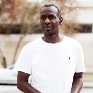 Homme de morphologie V - Un homme porte un t-shirt ajusté col rond