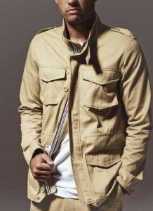 Homme de morphologie H - Une veste en tissu de couleur beige avec des poches sur le devant et la poitrine pour donner du volume au torse