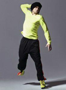 Homme de morphologie H - Un tee-shirt vert fluo avec un pantalon de sport noir