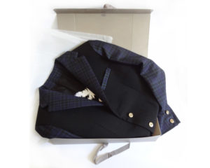 Blazer dans sa boite d'envoi à demi_Doublure au dessin de l'aigle par Charles Landston la créatrice et styliste