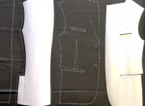 Blazer homme personnalisable_Patrons en papier et tracets sur le tissu noir _Doublure au dessin de l'aigle par Charles Landston la créatrice et styliste